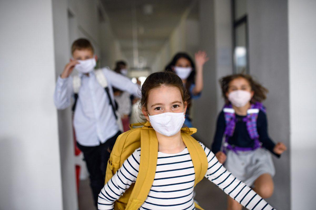 Маски, антисептики, дистанція: як 8 країн відкриватимуть школи (ПОРІВНЯННЯ)